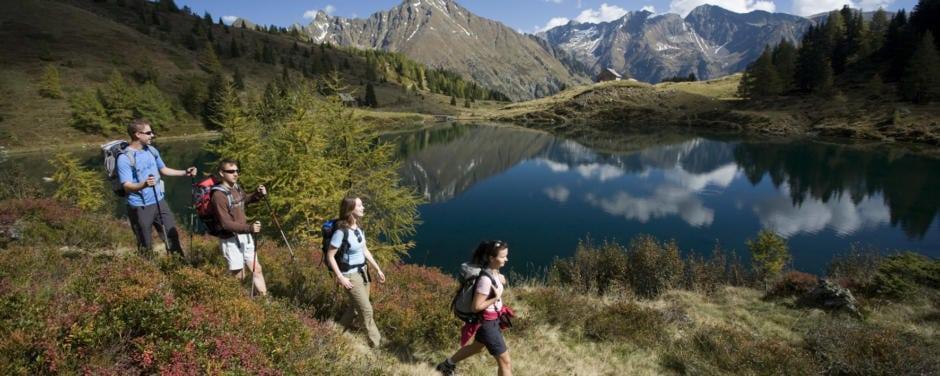 Gruppe beim Wandern am Wirpitschsee auf der 5-Seen-Wanderung in den Niederen Tauern im Lungau. JUFA Hotels bieten erholsamen Familienurlaub und einen unvergesslichen Winter- und Wanderurlaub.