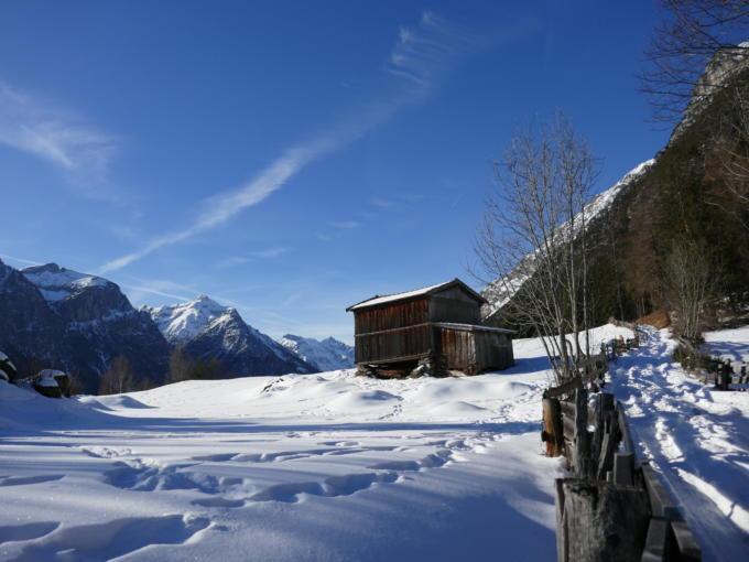 Sie sehen das Gschnitztal mit seinem imposanten Bergpanorama im Wipptal im Winter. JUFA Hotels bietet erholsamen Familienurlaub und einen unvergesslichen Winterurlaub.