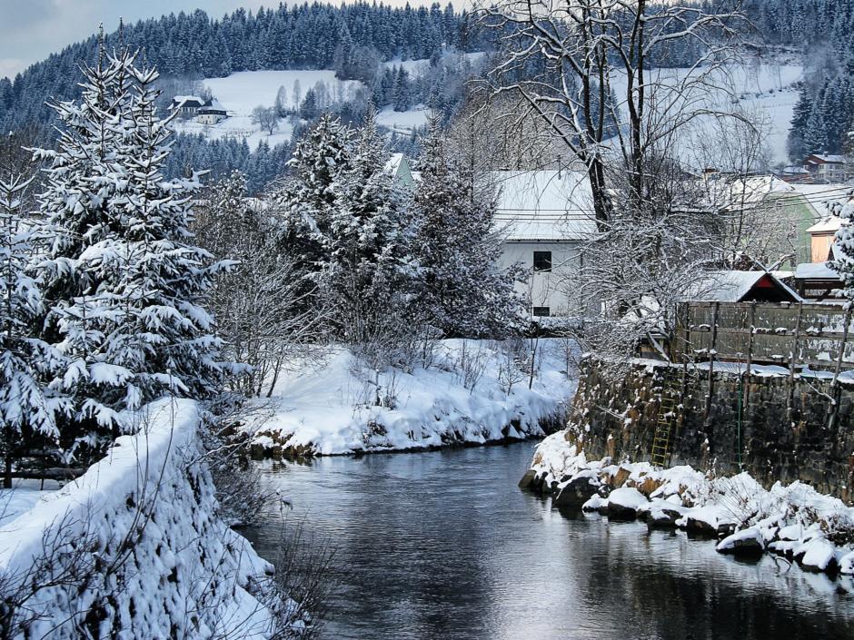 Verschneiter Fluß Gurk in der Nähe des JUFA Hotel Gurk im Winter.JUFA Hotels bieten erholsamen Familienurlaub und einen unvergesslichen Winter- und Wanderurlaub.