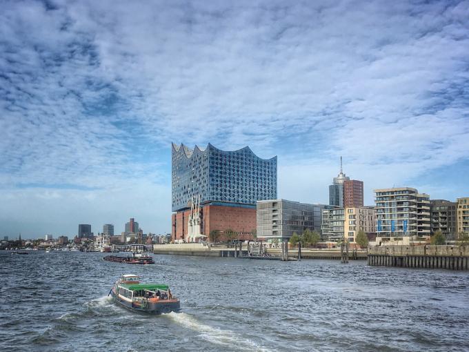 Blick vom Schiff aus auf die Hamburger HafenCity mit Elbphilharmonie. JUFA Hotels bietet kinderfreundlichen und erlebnisreichen Urlaub für die ganze Familie.