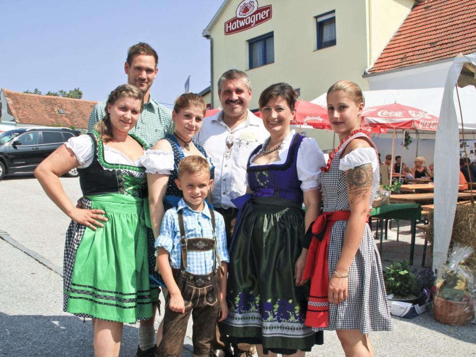 Sie sehen die Betreiberfamilie von Hatwagner Fleischerei. JUFA Hotels bietet kinderfreundlichen und erlebnisreichen Urlaub für die ganze Familie.