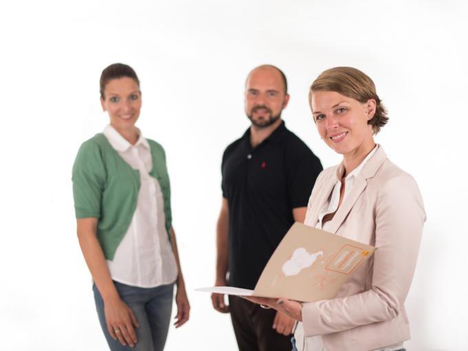 Drei Mitarbeiter vom JUFA Headoffice stehen in einer Gruppe zusammen. JUFA Hotels bietet Ihnen einen interessanten, abwechslungsreichen Arbeitsplatz in einem tollen Team in den schönsten Regionen in Österreich, Deutschland, Liechtenstein und Ungarn.