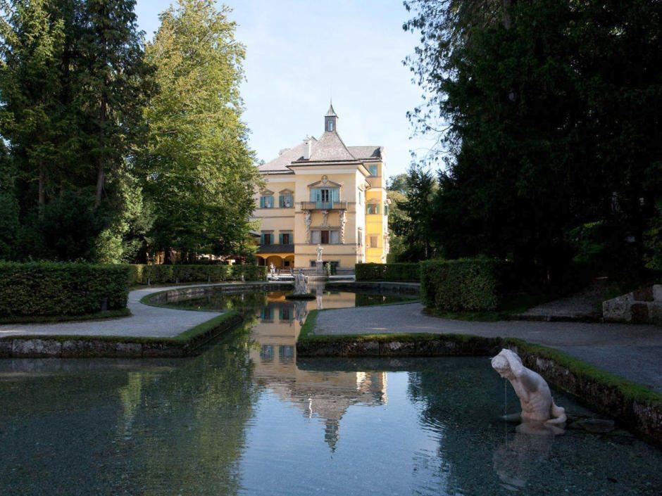 Das idyllisch gelegene Schloss Hellbrunn am südlichen Rand von Salzburg bietet eine großzügige Parkanlage und schöne Gartenarchitektur.