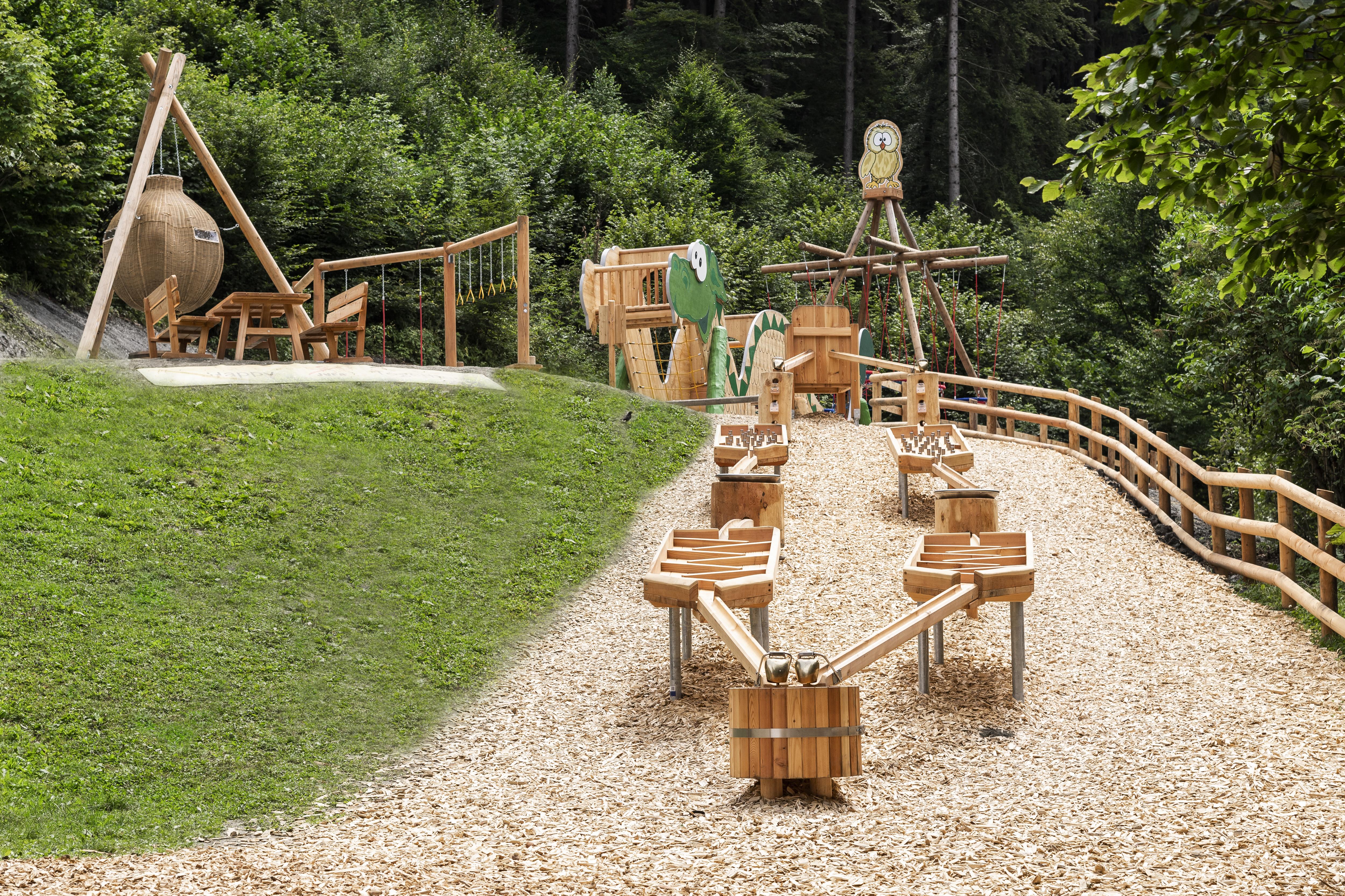Sie sehen die Holzkugelbahn von Ridors Naturerlebnis-Spielplatz am JUFA Natur-Hotel Bruck im Sommer. JUFA Hotels bietet Ihnen den Ort für erlebnisreichen Natururlaub für die ganze Familie.