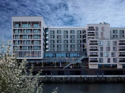 Hotelansicht vom JUFA Hotel Hamburg City an der Elbe. Der Ort für erlebnisreichen Städtetrip für die ganze Familie und der ideale Platz für Ihr Seminar.
