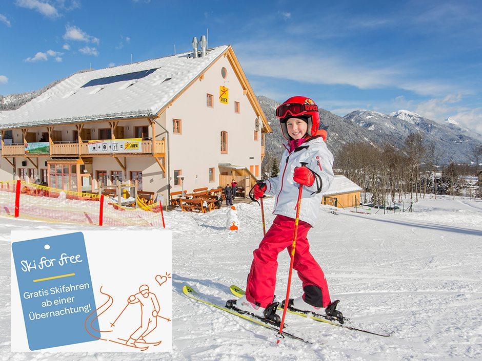 Sie sehen ein Kind auf Skiern vorm JUFA Hotel Gitschtal – Landerlebnis. Der Ort für erholsamen Familienurlaub und einen unvergesslichen Winterurlaub.