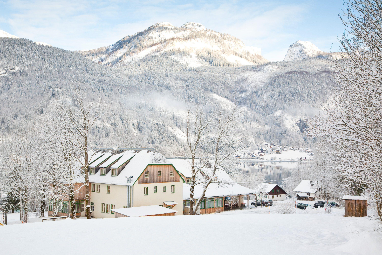 Aussenansicht vom JUFA Hotel Grundlsee im Winter. Der Ort für tollen Urlaub an schönen Seen für die ganze Familie.