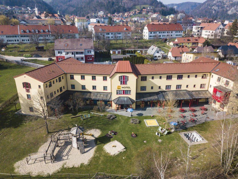 Sie sehen eine Außenansicht vom JUFA Hotel Maria Lankowitz aus der Vogelperspektive. JUFA Hotels bietet erholsamen Familienurlaub und einen unvergesslichen Winter- und Wanderurlaub.