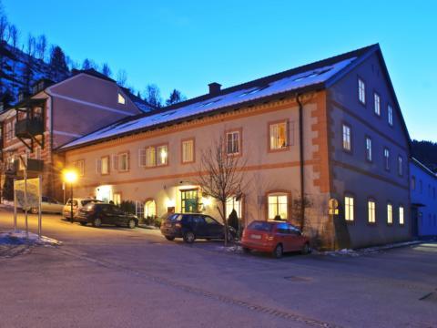 Aussenansicht mit winterlicher Abendstimmung vom JUFA Hotel Murau. Der Ort für erholsamen Familienurlaub und einen unvergesslichen Winter- und Wanderurlaub.