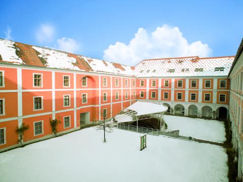 Aussenansicht mit Innenhof im Winter vom JUFA Judenburg Hotel zum Sternenturm. Der Ort für erfolgreiche und kreative Seminare in abwechslungsreichen Regionen.