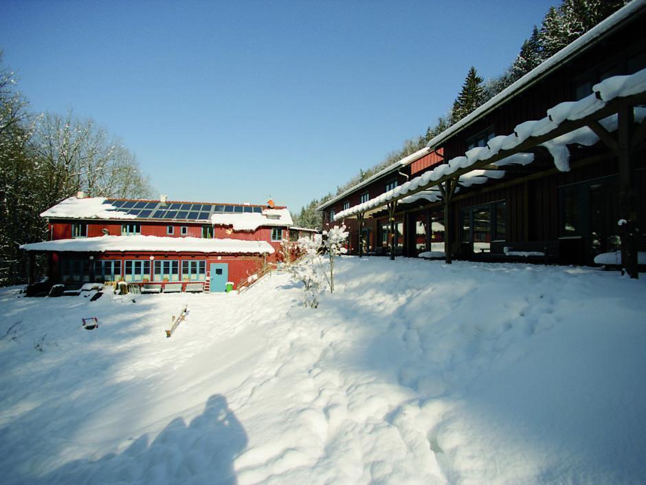 Aussenansicht mit dicker Schneedecke im Winter vom JUFA Natur-Hotel Bruck. Der Ort für erfolgreiche und kreative Seminare in abwechslungsreichen Regionen.