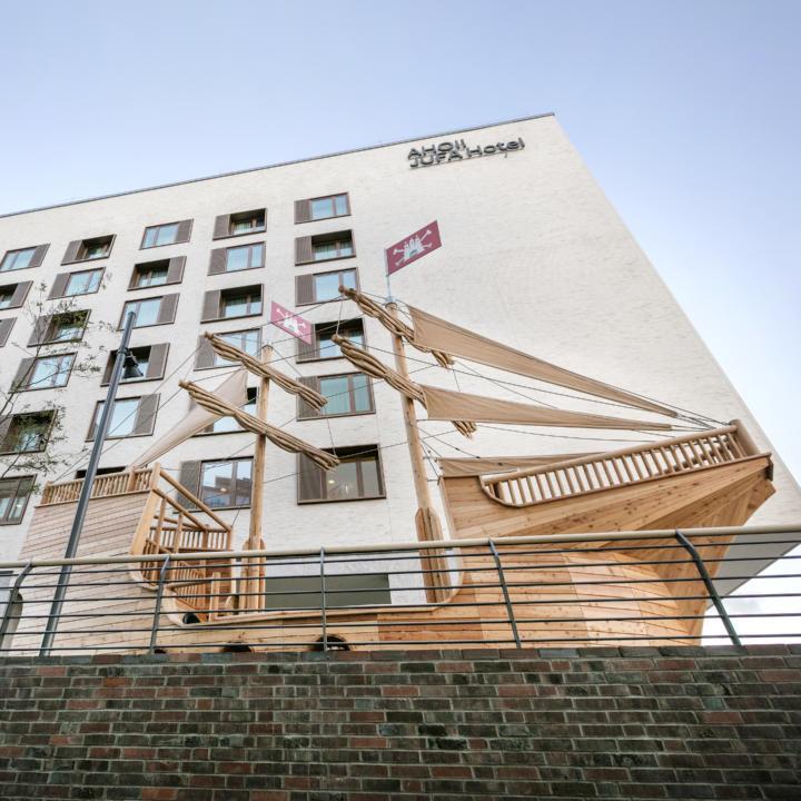 Sie sehen eine Außenansicht mit dem Störtebeker Schiff vom JUFA Hotel Hamburg HafenCity. Der Ort für erlebnisreichen Städtetrip für die ganze Familie und der ideale Platz für Ihr Seminar.
