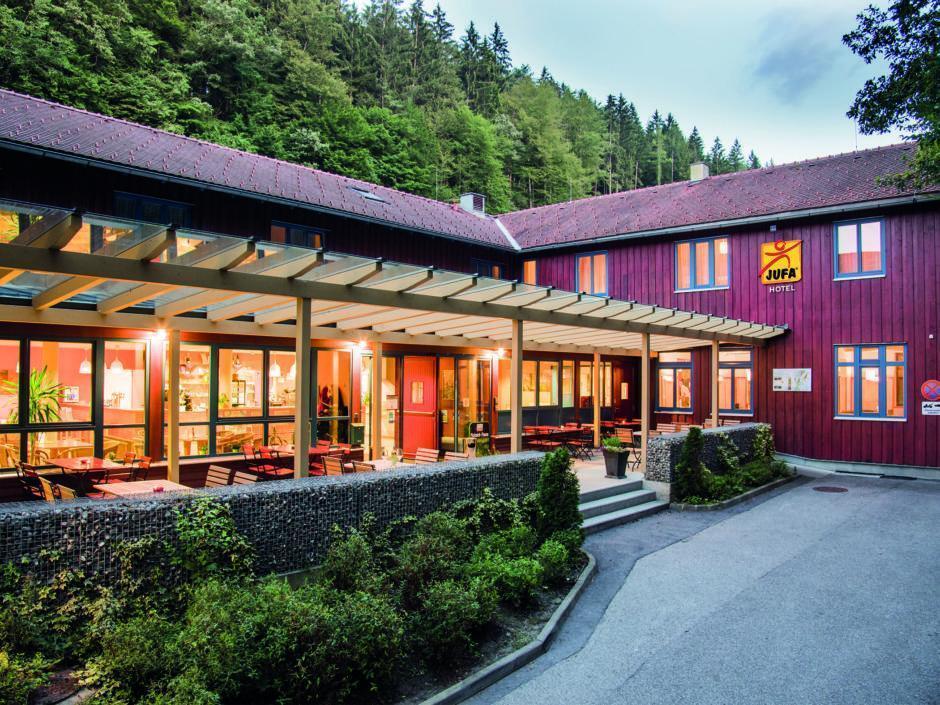 Sie sehen die Terrasse vor dem Hoteleingang vom JUFA Natur-Hotel Bruck. Der Ort für erfolgreiche und kreative Seminare in abwechslungsreichen Regionen.