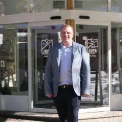Auf diesem Bild sehen Sie Bernhard Mayr, den Hotelleiter vom  JUFA Alpnehotel Saalbach. JUFA Hotels bietet kinderfreundlichen und erlebnisreichen Urlaub für die ganze Familie.