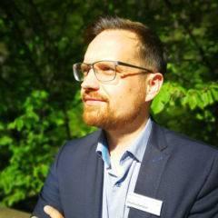 Sie sehen Florian Deutschmann, Hotelleiter des JUFA Hotel Bruck. Der Ort für kinderfreundlichen und erlebnisreichen Urlaub für die ganze Familie.