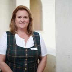 Sie sehen Annette Kuzucular, Hotelleiterin des JUFA Hotel Stift Gurk***. Der Ort für kinderfreundlichen und erlebnisreichen Urlaub für die ganze Familie.