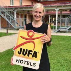 Auf diesem Bild sehen Sie Barbara Dubowy, die Hotelleiterin vom JUFA Kempten im Allgäu – Familien-Resort. JUFA Hotels bietet kinderfreundlichen und erlebnisreichen Urlaub für die ganze Familie.