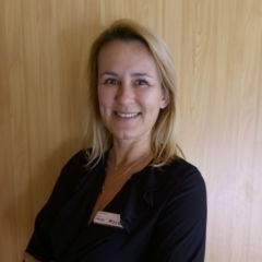 Sie sehen Gabi Pernter, Hotelleiterin des JUFA Hotel Wipptal. Der Ort für kinderfreundlichen und erlebnisreichen Urlaub für die ganze Familie.