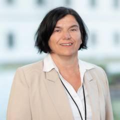 Sie sehen Susanne Seidlmann, Hotelleiterin des JUFA Hotel Pyhrn-Priel. JUFA Hotels bietet kinderfreundlichen und erlebnisreichen Urlaub für die ganze Familie.