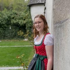 Sie sehen Victoria Theisl, Hotelleiterin des JUFA Hotel Schloss Röthelstein/Admont. JUFA Hotels bietet kinderfreundlichen und erlebnisreichen Urlaub für die ganze Familie.