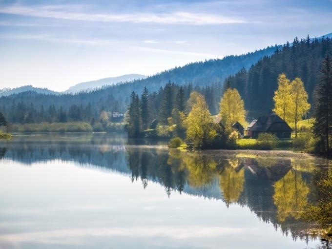 Sie sehen den Hubertussee bei Mariazell in der Nähe vom JUFA Hotel Mariazell-Erlaufsee und JUFA Hotel Mariazell-Sigmundsberg. Der Ort für kinderfreundlichen und erlebnisreichen Urlaub für die ganze Familie.