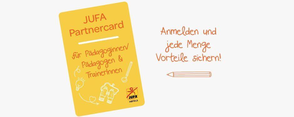 Sie sehen eine Illustration der JUFA Partnercard für Pädagoginnen beziehungsweise Pädagogen und Trainer beziehungsweise Trainerinnen. JUFA Hotels bietet erlebnisreiche und kreative Schulprojektwochen in abwechslungsreichen Regionen.