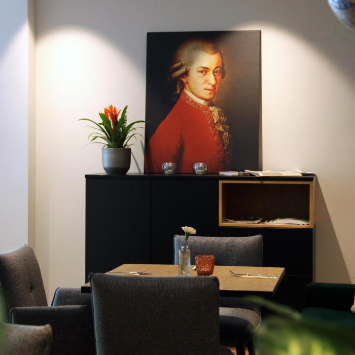 Sie sehen den gemütlichen Sitzbereich im Restaurant vom JUFA Hotel Salzburg City. Der Ort für erholsamen Familienurlaub und einen unvergesslichen Winter- und Wanderurlaub.