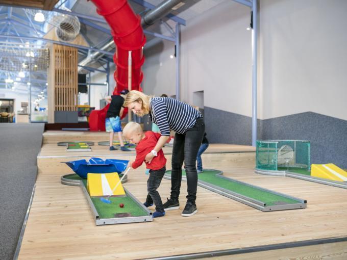 Sie sehen das Indoor Minigolf im JUFA Hotel Vulkanland – Sport-Resort. Der Ort für erfolgreiches Training in ungezwungener Atmosphäre für Vereine und Teams.