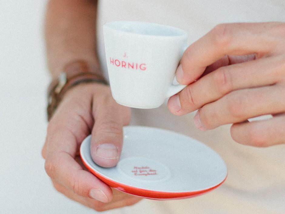 J. Hornig Espresso Tasse wird in Händen gehalten. JUFA Hotels bieten erholsamen Familienurlaub und einen unvergesslichen Winter- und Wanderurlaub.