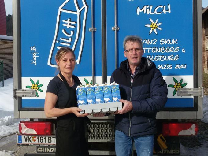 Sie sehen einen Lieferanten mit Milch von Jauntal Milch Skuk in Bleiburg. JUFA Hotels bietet kinderfreundlichen und erlebnisreichen Urlaub für die ganze Familie.