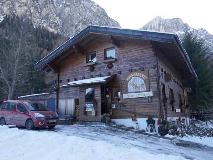 Sie sehen die Jausenstation Pumafalle im Wipptal im Winter. JUFA Hotels bietet erholsamen Familienurlaub und einen unvergesslichen Winterurlaub.