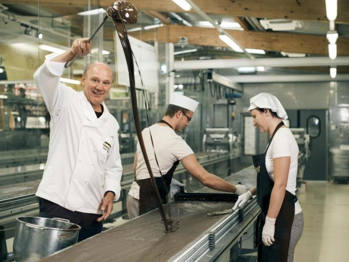 Josef Zotter bei der Produktion in der Zotter Schokoladen Manufaktur in Riegersburg in der Steiermark. JUFA Hotels bieten erholsamen Familienurlaub und einen unvergesslichen Winter- und Wanderurlaub.