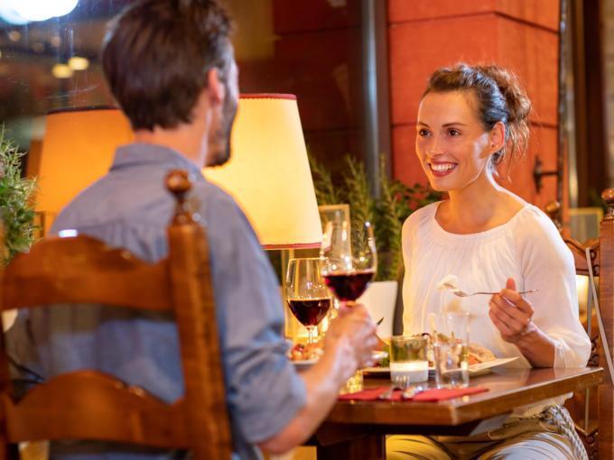 Sie sehen ein junges Paar am Abend in der Pizzeria La Trattoria im JUFA Alpenhotel Saalbach****. Der Ort für erholsamen Familienurlaub und einen unvergesslichen Winter- und Wanderurlaub.