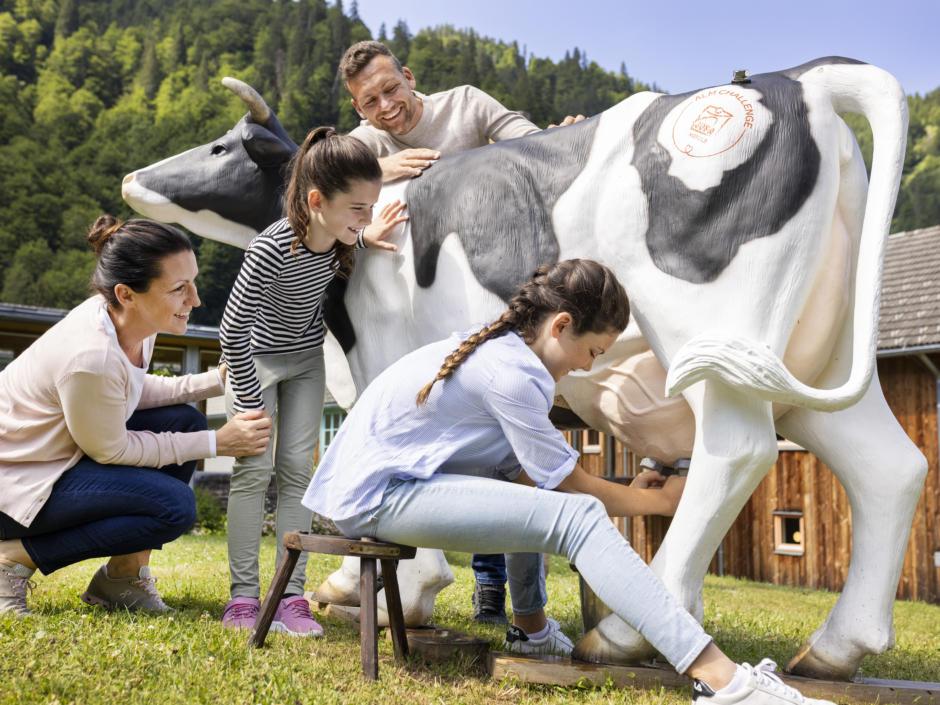 Sie sehen eine Familie beim Almchallenge-Spiel. Das JUFA Hotel Eisenerz ist der ideale Ausgangspunkt für Ihren Wander- und Winterurlaub