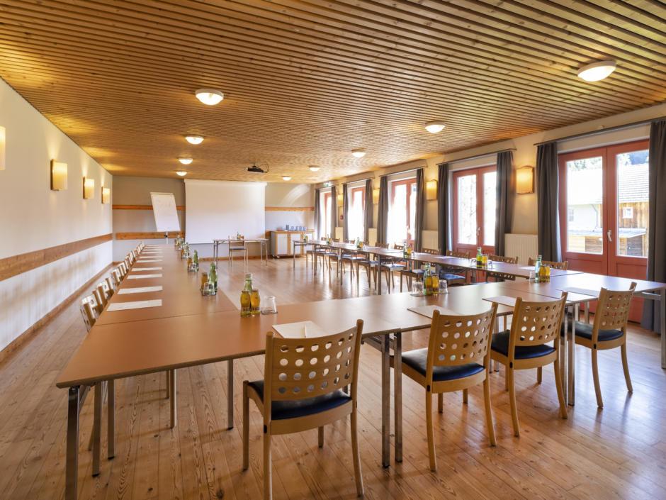 Sie sehen einen Seminarraum. Das JUFA Hotel Eisenerz ist der ideale Ausgangspunkt für Ihren Wander- und Winterurlaub