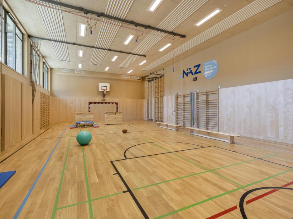 Sie sehen die Sporthalle im NAZ Eisenerz. Das JUFA Hotel Eisenerz ist der ideale Ausgangspunkt für Ihren Wander- und Winterurlaub