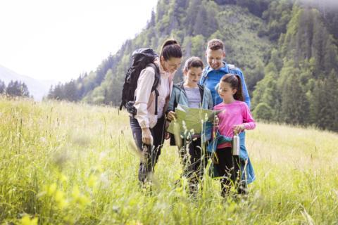 Sie sehen eine Familie beim Wandern in der Eisenerzer Ramsau. Das JUFA Hotel Eisenerz ist der ideale Ausgangspunkt für Ihren Wander- und Winterurlaub