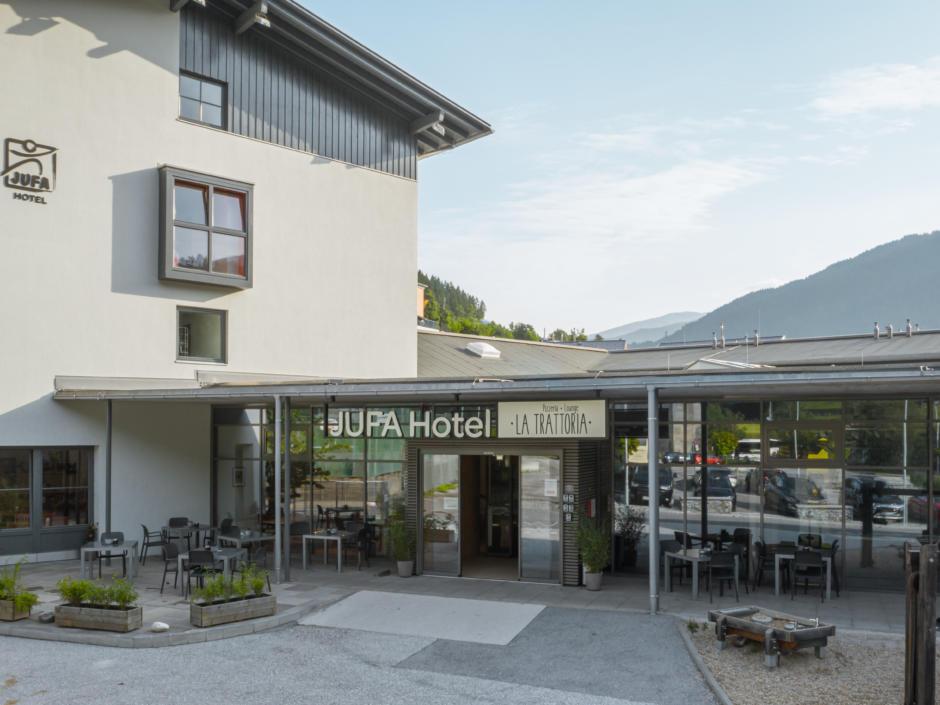 Sie sehen den Eingangsbereich des JUFA Hotel Wipptal in Steinach am Brenner