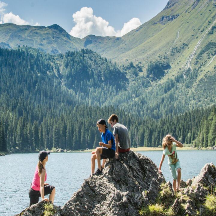 Sie sehen Wanderer im Wipptal. Das JUFA Hotel Wipptal ist der perfekte Ausgangspunkt für einen erlebnisreichen Wander- und Bergurlaub.