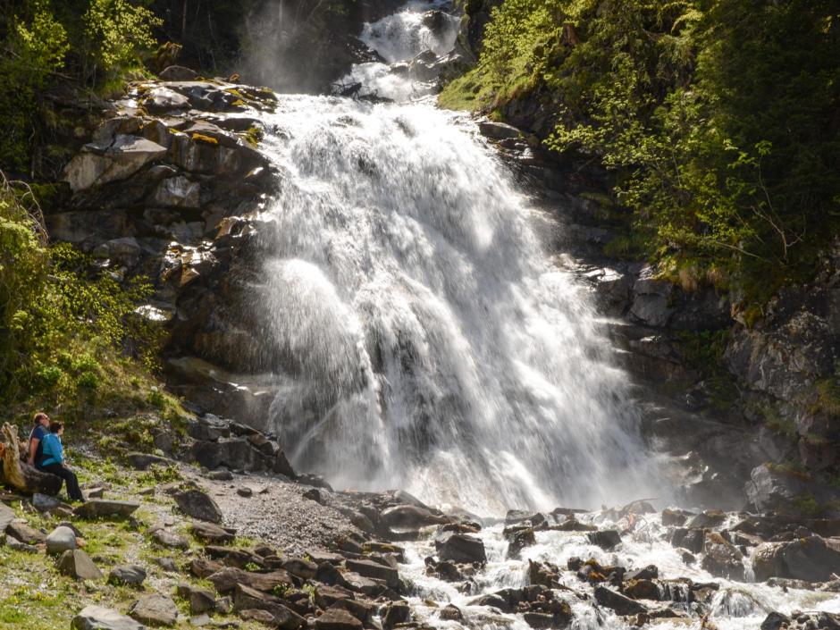 Sie sehen einen Wasserfall im Gschnitztal. Das JUFA Hotel Wipptal ist der perfekte Ausgangspunkt für einen erlebnisreichen Wander- und Bergurlaub.