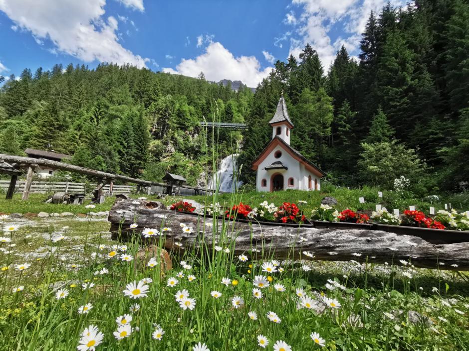Sie sehen das Mühlendorf Gschnitz im Wipptal. Das JUFA Hotel Wipptal ist der perfekte Ausgangspunkt für einen erlebnisreichen Wander- und Bergurlaub.