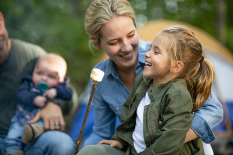 Sie sehen eine Familie beim Marshmallows grillen. JUFA Hotels bietet erholsamen Familienurlaub und einen unvergesslichen Winter- und Wanderurlaub.