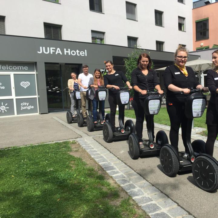 JUFA-Mitarbeiterinnen und Hotelgäste starten eine Segwaytour durch Graz ausgehend vom JUFA Hotel Graz City. JUFA Hotels bietet erlebnisreichen Städtetrip für die ganze Familie und den idealen Platz für Ihr Seminar.