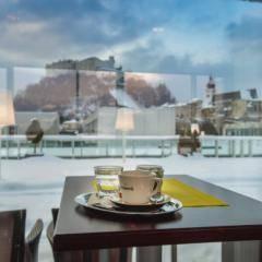 Kaffee mit Festungsblick im Unikum Sky by JUFA hotels im Winter. Der Ort für erholsamen Familienurlaub und einen unvergesslichen Winter- und Wanderurlaub.