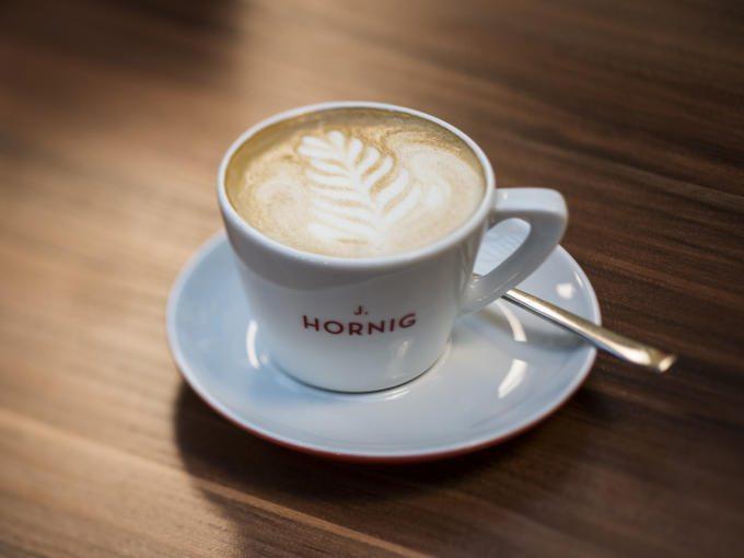 Eine schöne Tasse mit Hornig Kaffee im JUFA Hotel Wien City. Der Ort für erlebnisreichen Städtetrip für die ganze Familie und der ideale Platz für Ihr Seminar.