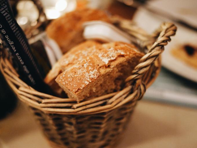 Im JUFA Hotel Hamburg HafenCity werden die Gäste in dem hoteleigenen Restaurant Kombüse 5 mit Spezialitäten, wie frischem Brot verköstigt. Kombüse