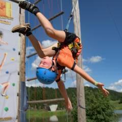 Sie sehen ein Kind im Outdoorparc Lungau im Sommer. JUFA Hotels bietet tollen Urlaub mit viel Abenteuer und Spaß für die ganze Familie.
