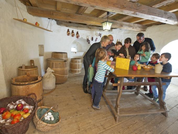 Sie sehen Kinder in der Küche des Museums der Festung Rosenberg in Kronach. JUFA Hotels bietet kinderfreundlichen und erlebnisreichen Urlaub für die ganze Familie.