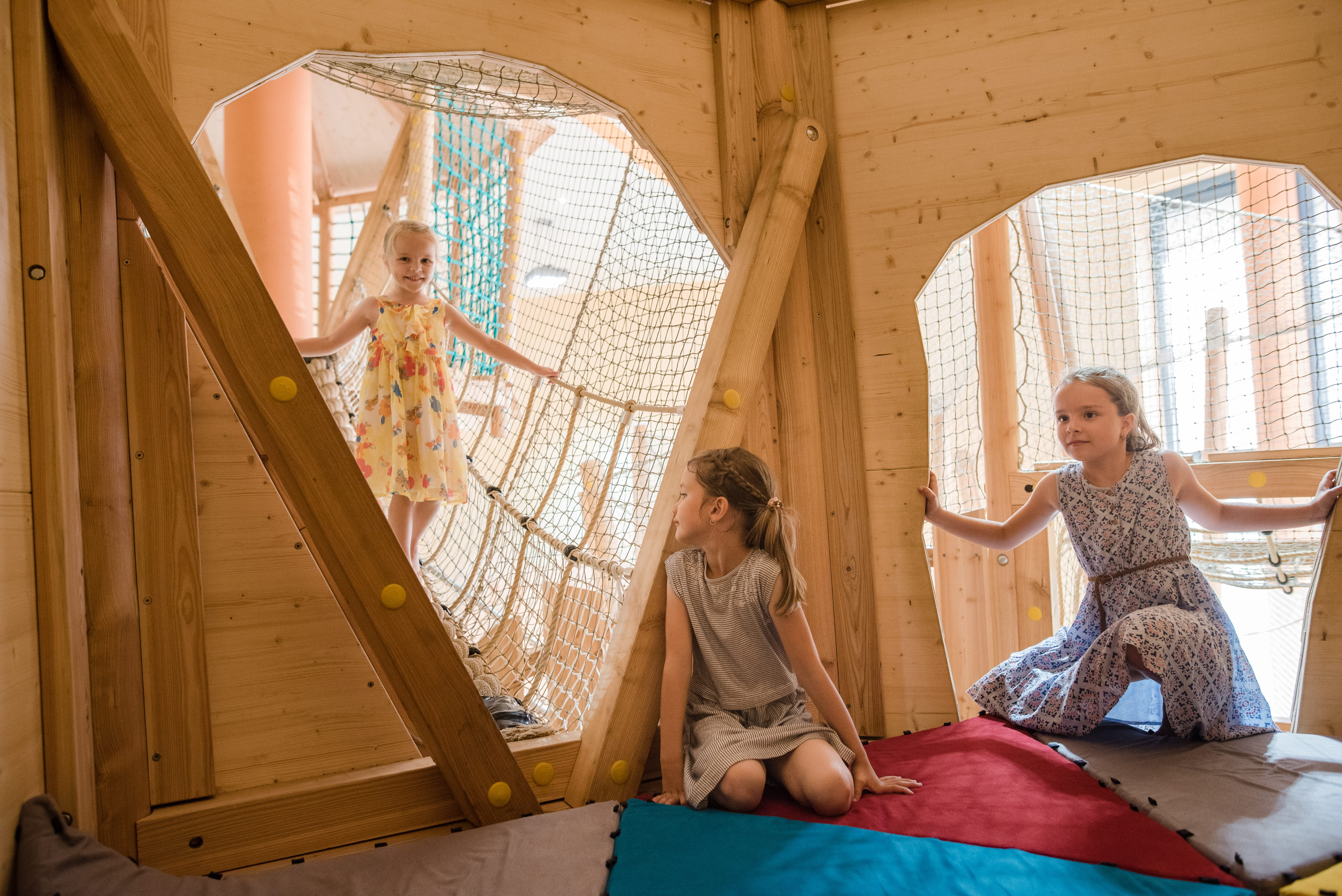 Sie sehen Kinder im Spielhaus im Indoorspielbereich im JUFA Hotel Stubenbergsee. Der Ort für kinderfreundlichen und erlebnisreichen Urlaub für die ganze Familie.