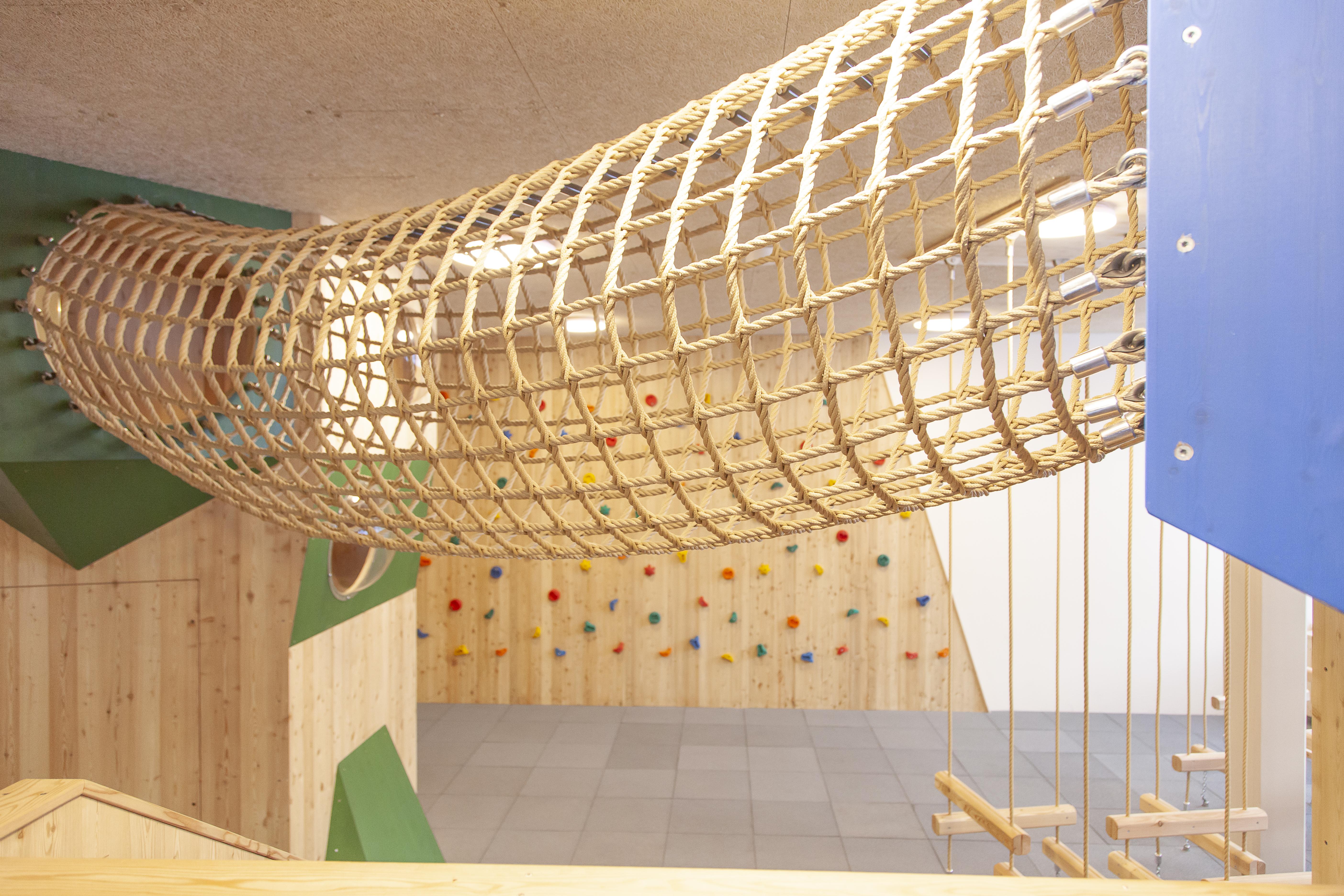 Sie sehen ein Kletternetz im Kinderspielbereich des JUFA Hotel Mariazell – Erlaufsee Sport-Resort. Der Ort für erfolgreiches Training in ungezwungener Atmosphäre für Vereine und Teams.